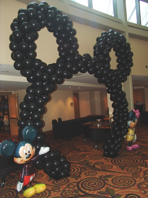 mickey-head-balloon-arch
